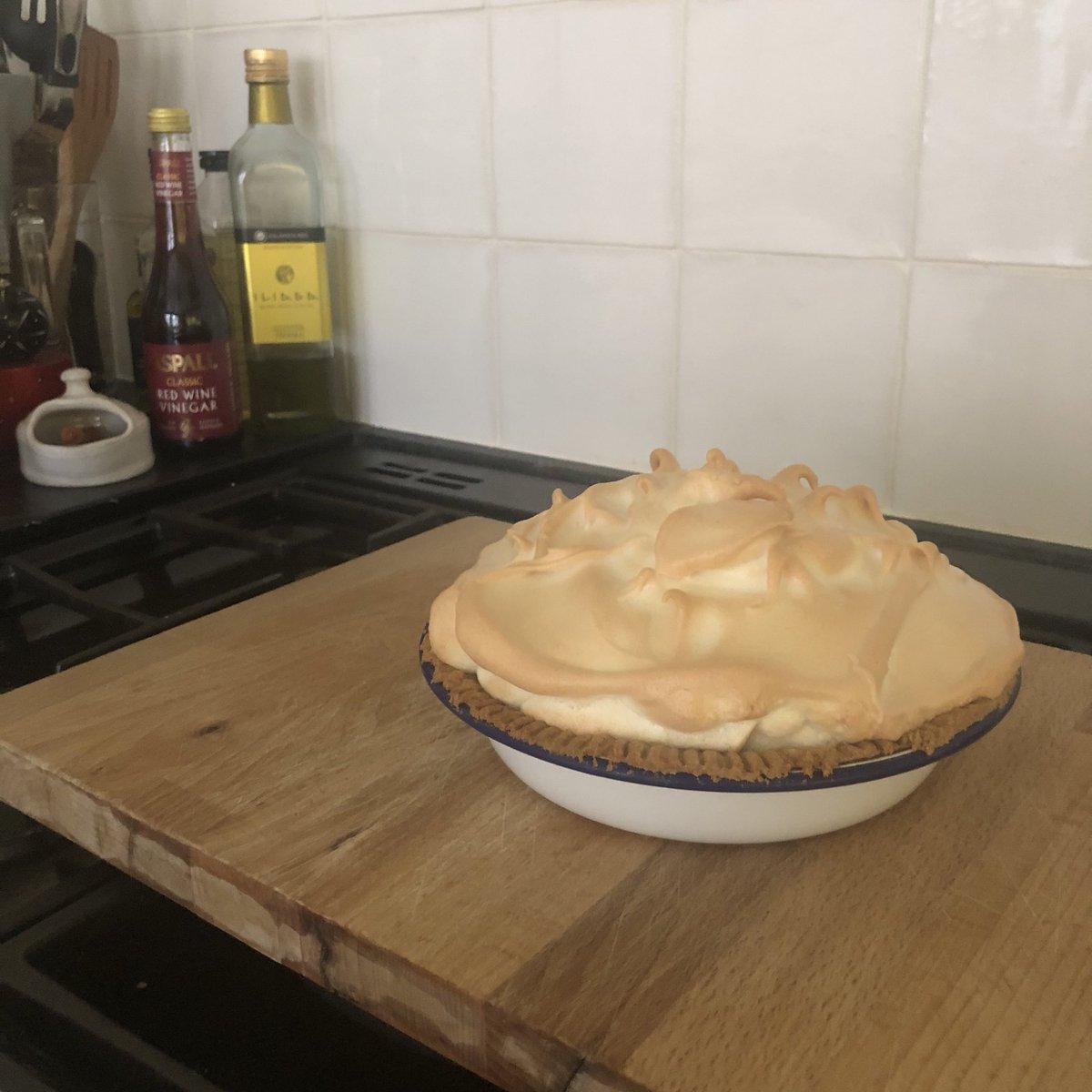 When life gives you lemons make lemon meringue pie #sundaylunch <br>http://pic.twitter.com/zBpIzhUnY9