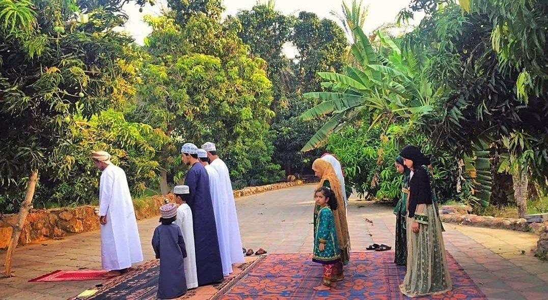 عائلة عمانية تصلي صلاة العيد في المنزل أجمل صورة تعبر عن واقع الحال ♥️ ويتجسد فيها الوعي وتعظيم شعائر الله  #عيد_الفطر_2020 https://t.co/KTYCJ9c1KE