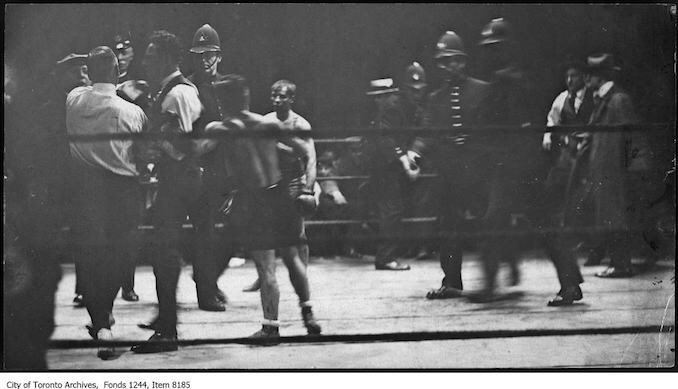 Police go into the ring to protect referee Lou Marsh (left) at Patsy Wallace vs. Jimmy Wilde boxing match at CNE in Toronto, #Canada.pic.twitter.com/00BTihaVk3