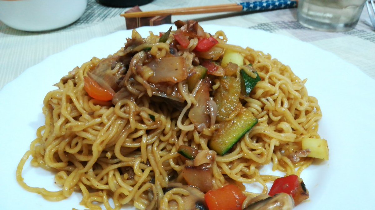 The bearbull is used to cook something decent. What do you think? You would eat a plate of this #yakisoba pic.twitter.com/LLJzjAnISr