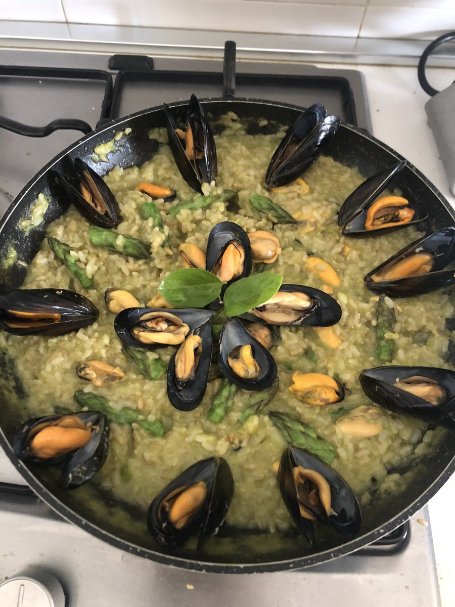 Brown rice with asparagus and mussels #Subdaylunch #healthyfood #yummypic.twitter.com/Skq89rWSho