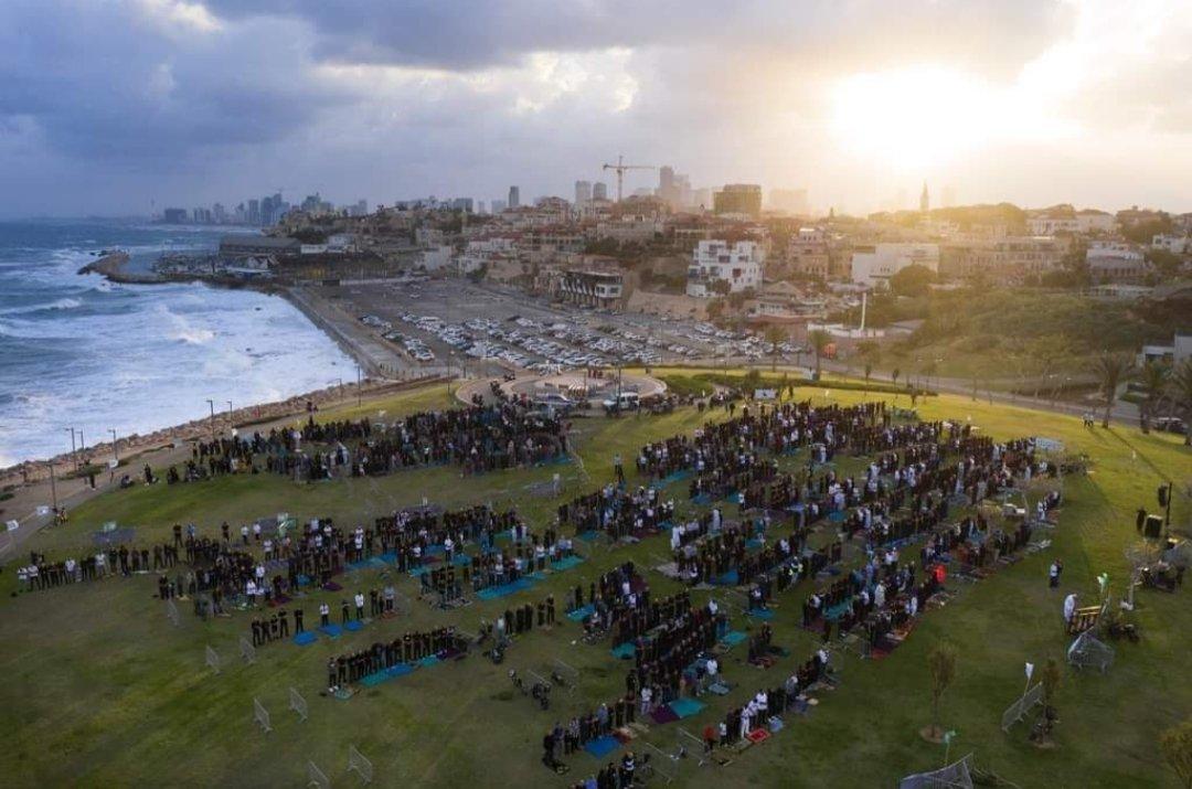 תפילת עיד אלפיטר היום בטיילת לאורך חוף ימה של יפו - אזור חוף גבעת עליה (עג'מי). twitter.com/PalinfoAr/stat…