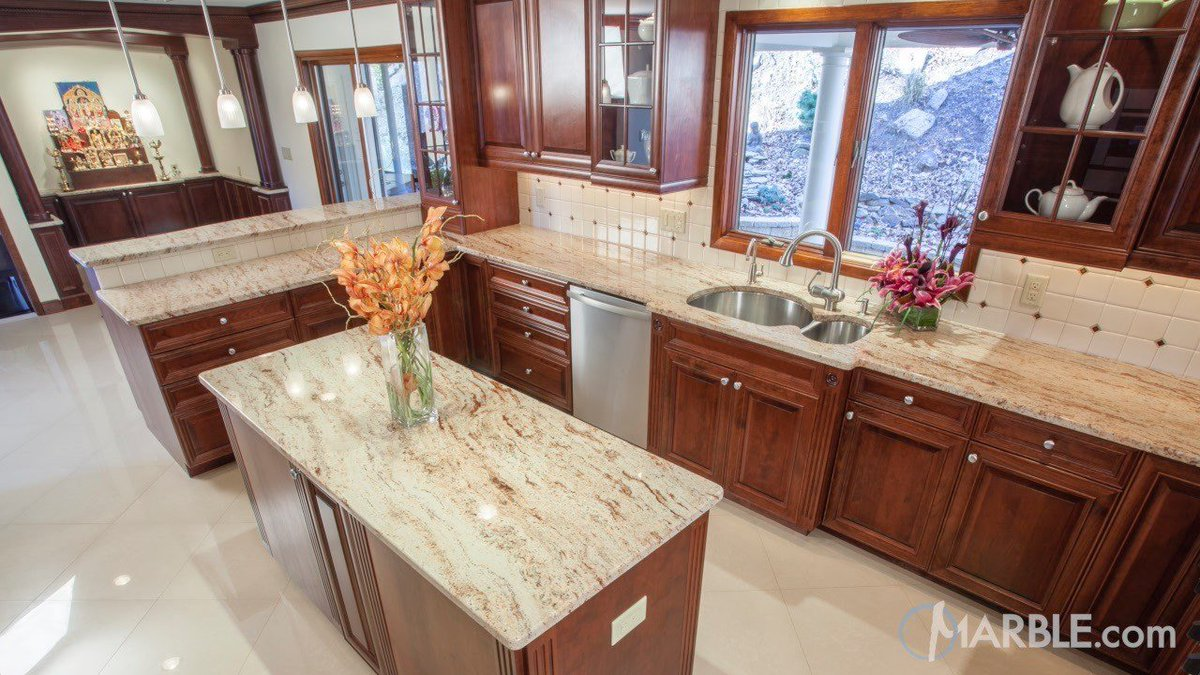 This kitchen features Ivory Brown granite throughout, a stylish accent to deep cabinets. #countertops #countertopideas #kitchens #granite #interiordesign #ivorybrown #ivorybrowngranite #homereno #interiordesign #kitchensofinstagram #naturalstonepic.twitter.com/4uSBfCT3kP