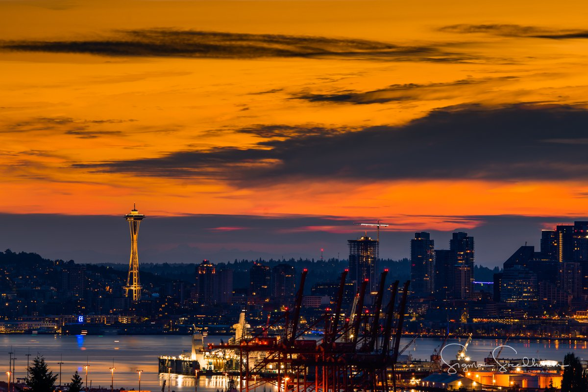 Good Morning, #Seattle! Sunrise this morning was cloudy, but colorful! pic.twitter.com/QQ8zC7s6vz