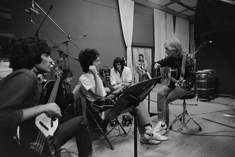 Tom Petty teaching the Heartbreakers a new song, Hard Promises LP sessions, 1980.  Joel Bernstein.pic.twitter.com/ifXQbTimjR