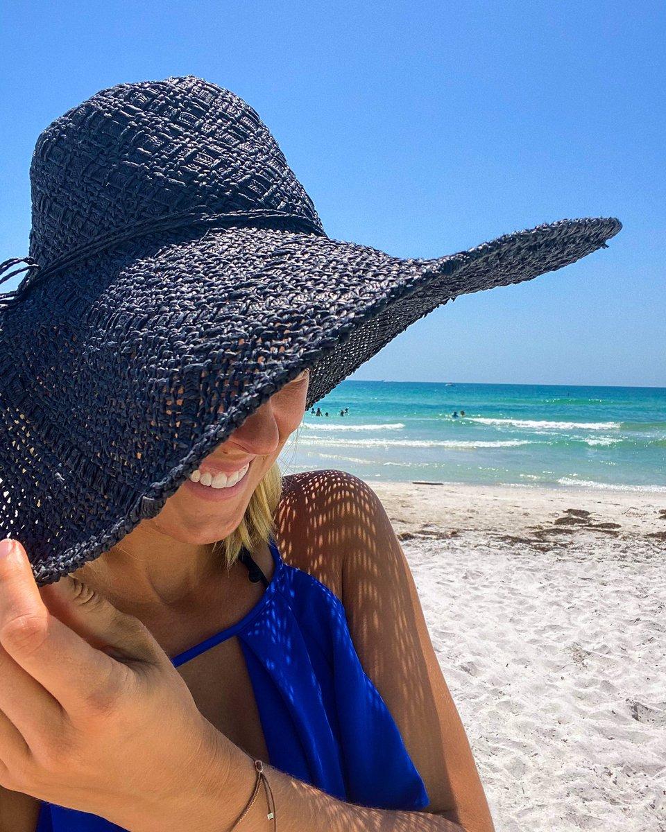 Oh, Hi  #finallyadaytorelax #beach #lover #happy #relaxpic.twitter.com/SrDjiGtUYx