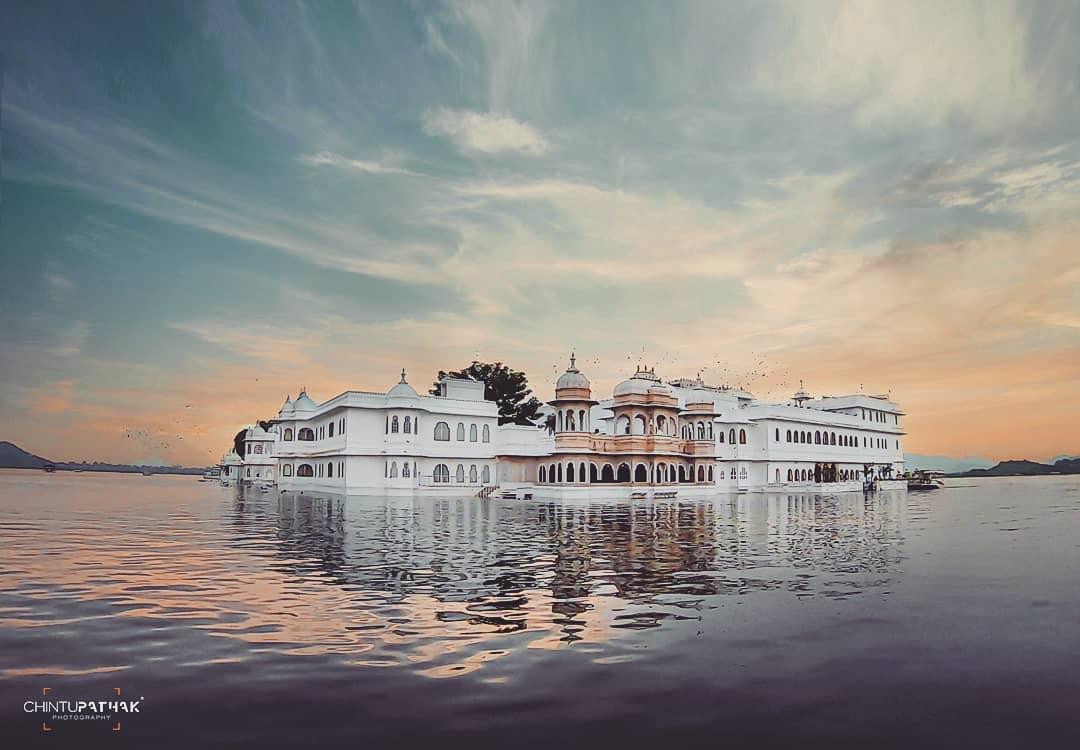 The Taj Lake Palace in the lap of lake Picchola, sunset and the beautiful boat ride!    ( # @shutterisland.india ) #tajlakepalace #udaipur #udaipurlove #udaipurdiaries  #indianphoto #beautifuldestinations #storiesofindia #tajgroupofhotels #lakepichola #sunset #luxuryhotelspic.twitter.com/ix8FIpY1jG