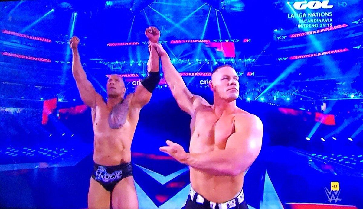 Dos cracks peleando juntos, ¿qué podía salir mal? ❤️  #WWEenGol #Wrestlemania #Wrestlemania32 #JohnCena #TheRock https://t.co/PbEH8PfhaG