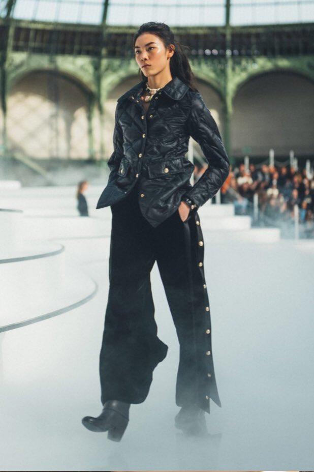 Zoom sur le 23e passage du défilé  de la collection #CHANEL prêt-à-porter automne-hiver 2020/21, imaginée par #VirginieViard #ChanelFallWinter #FallCollection  👉 https://t.co/HpUumpd1gi L'héritage de Coco Chanel #espritdegabrielle https://t.co/q7hQ3aMJXf
