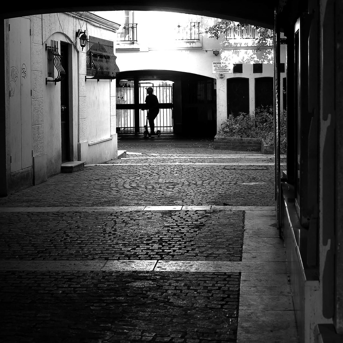 Deep down #streetphotography #blackandwhite  #street #Paris #pacalcolin #canon #50mmpic.twitter.com/ll6eQ5fAUm