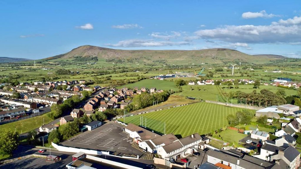 Brilliant work by former Derry and Dungiven legend Colm McGuigan having O'Cathan Park looking absolutely pristine - credit to @stcanicesgac for this great photo!  #Benbradagh #Home pic.twitter.com/ML8odsNfZs