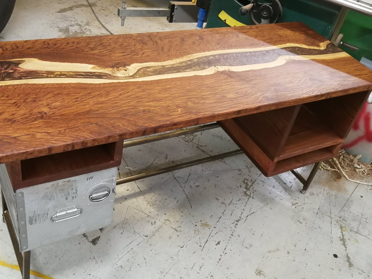 So I just finished a desk for my wife now working from home #AvGeek #aircraft #cool #decoration #interiordesign #aviation #making #reuse #recycle #oak #river #deskpic.twitter.com/xcFqaFh6NA