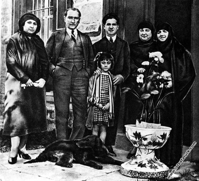 """Gazi Kemal on Twitter: """"Mustafa Kemal Paşa, yakınları ve misafirleriyle  birlikte, Ankara. (23.05.1923) Fotoğrafdakiler: Soldan sağa: Kılıç Ali'nin  eşi Hümeyra Hanım, Atatürk, Latife Hanım'ın kardeşi İsmail Bey, Kılıç  Ali'nin yeğeni Berin, Kılıç"""