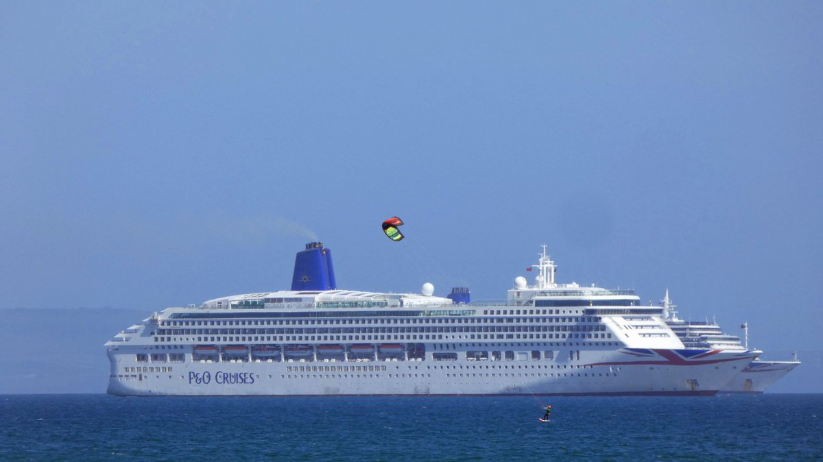 Kitesurfers racing P&O in Weymouth Bay  #weymouth #cruiseship pic.twitter.com/cvj2UnVSbY