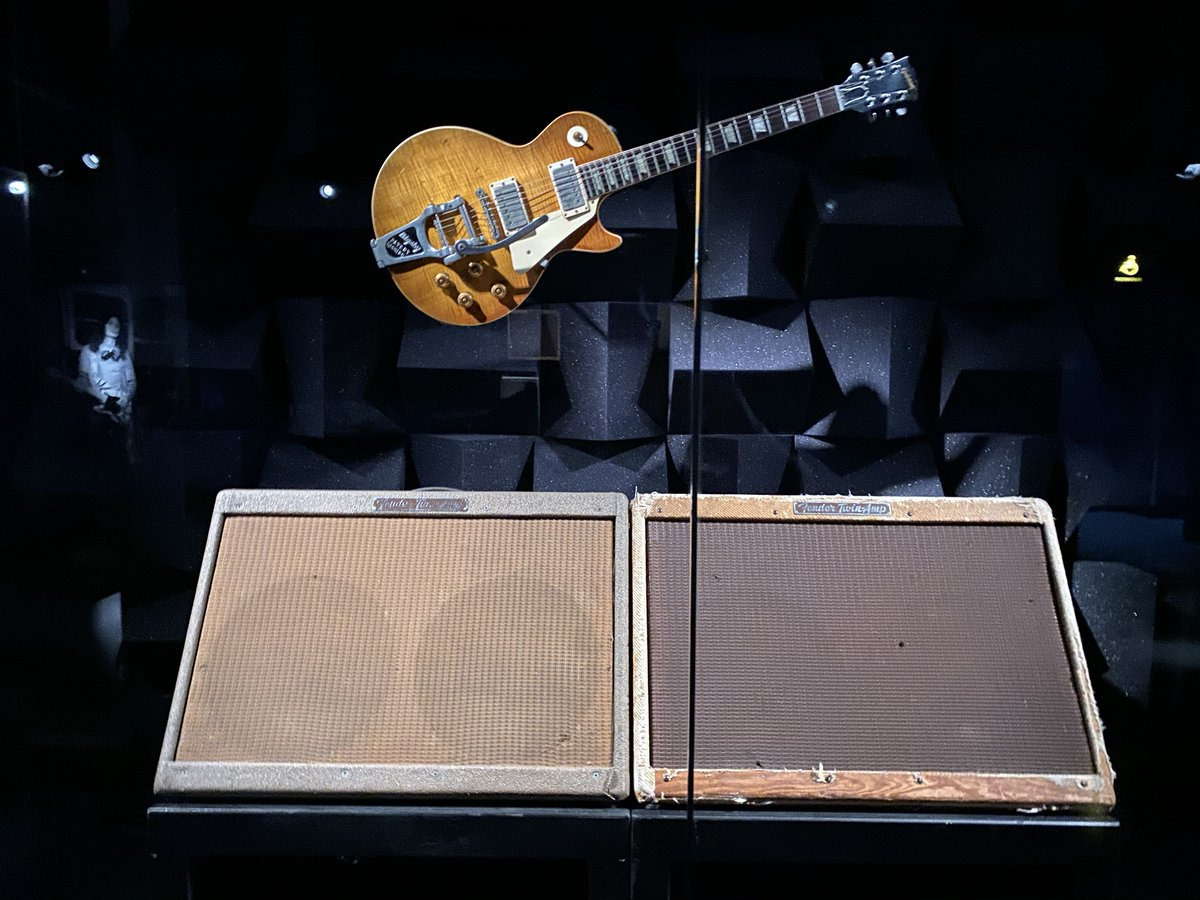 Keith Richards' wide panel Fender Twins and his 1959 Gibson Les Paul #guitar #KeithRichardpic.twitter.com/D2iGpdmhOP