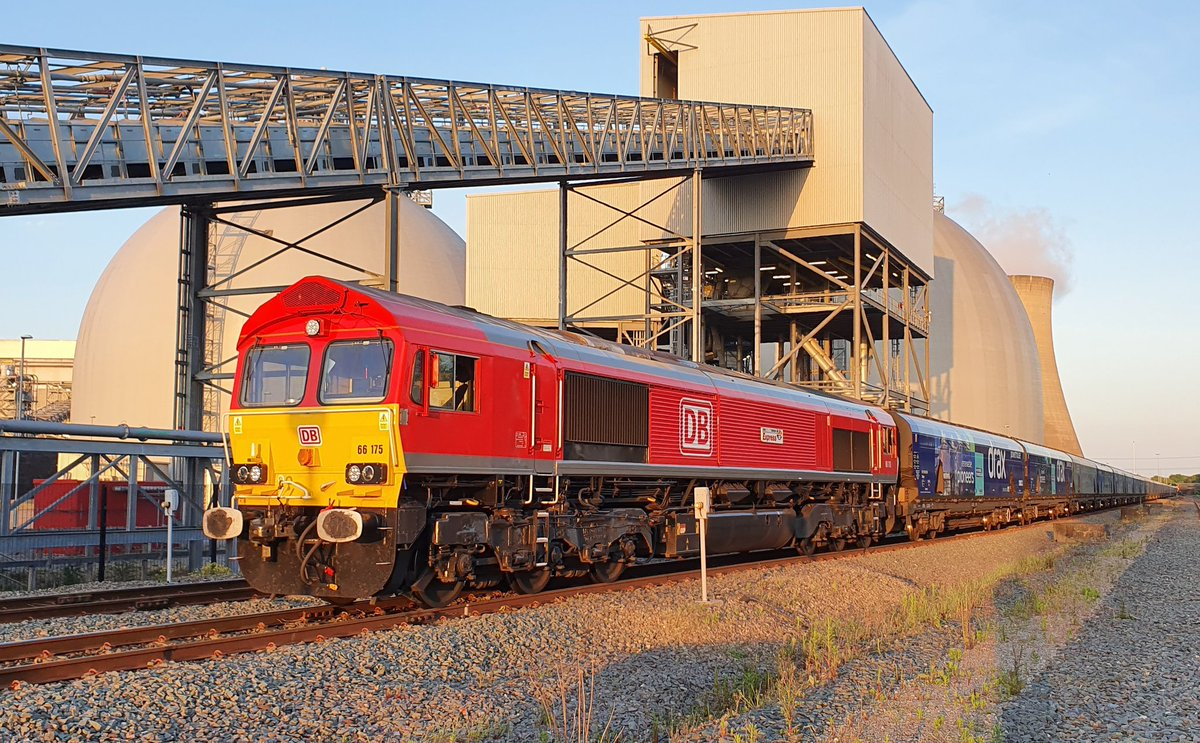 Celebrity @DBCargoUK 66175 @RidersRail arrives at Drax with another load of biomass. #teamred #livingthedream #bestjobintheworld #proudtobeDBpic.twitter.com/6vCkfUPL3j