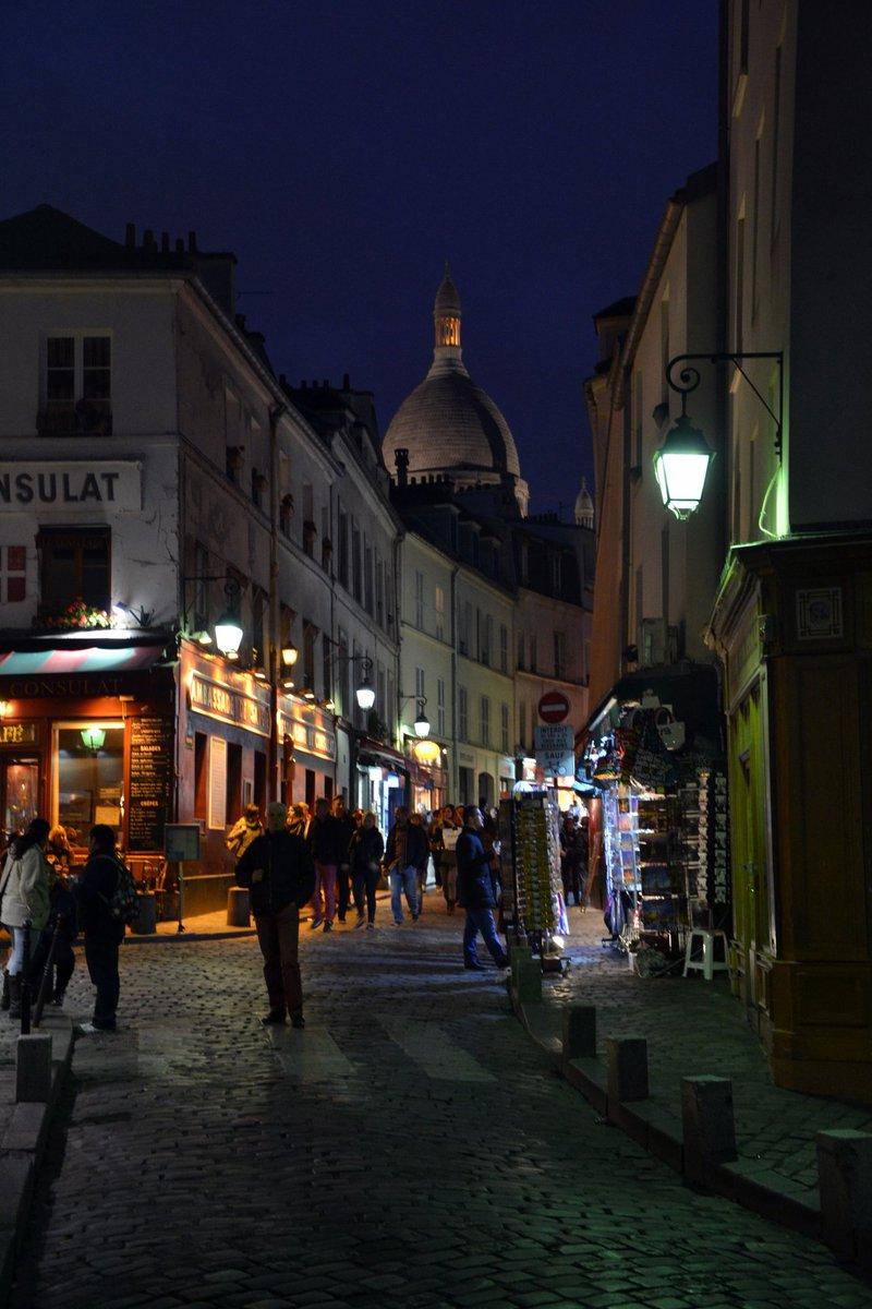 #ConUnaFoto a #CasaLettori :  #parisjetaime #Paris  #photooftheday : Montmartre by night :  NO #movida   #goodnight pic.twitter.com/3fMn3qp6gg