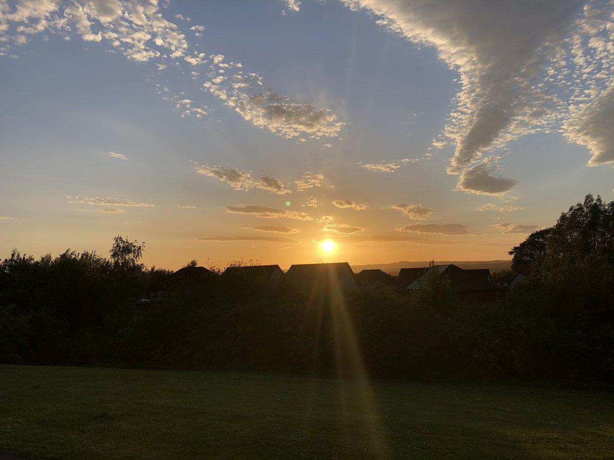 Beautiful evening #sunset #cloudspic.twitter.com/EsuVxlLzGy