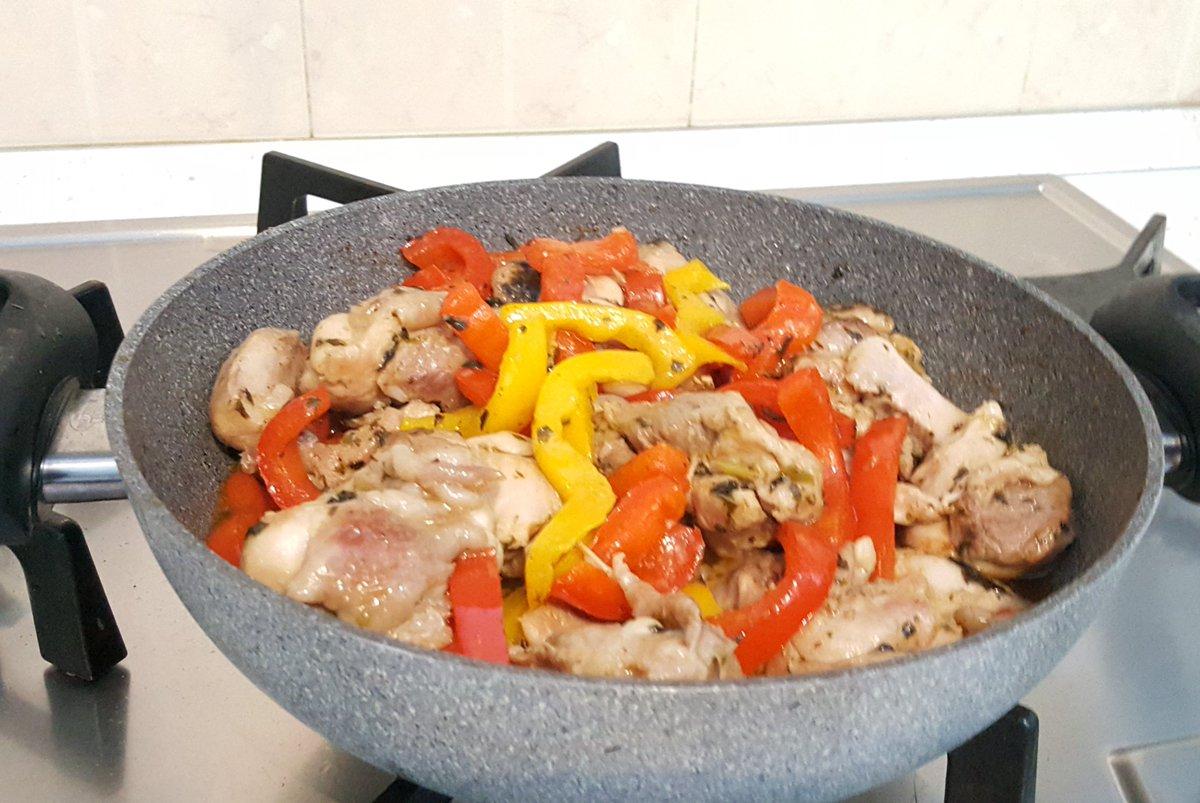Sunday dinner chicken thighs with bell pepper. #BUONAPPETITO #ITADAIKIMASU #LETSEAT #KAINTAYOpic.twitter.com/tiJ7p2S3Ms