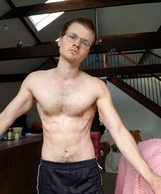 If I tense really hard I nearly have abs 😂  #ftm #ftmporn #transporn https://t.co/pwz22M0lh4