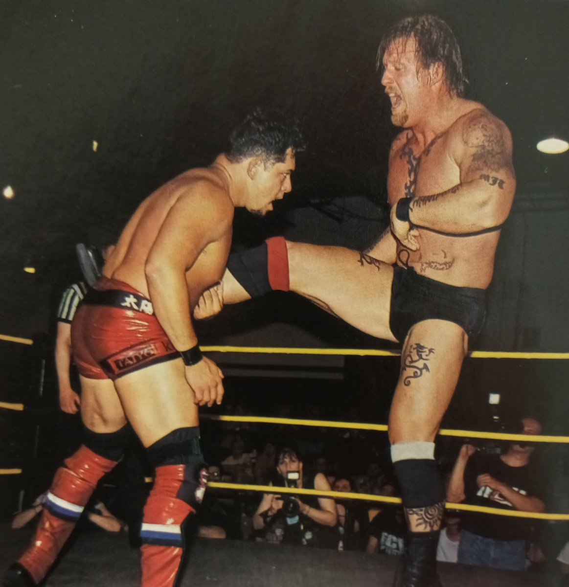 The Wall(the late Jerry Tuite),battling Taiyo Kea in the Quarter Final round of the Major League Wrestling World Heavyweight Championship tournament in Philadelphia,PA back on June 15,2002 pic.twitter.com/TMiDL2wZ13