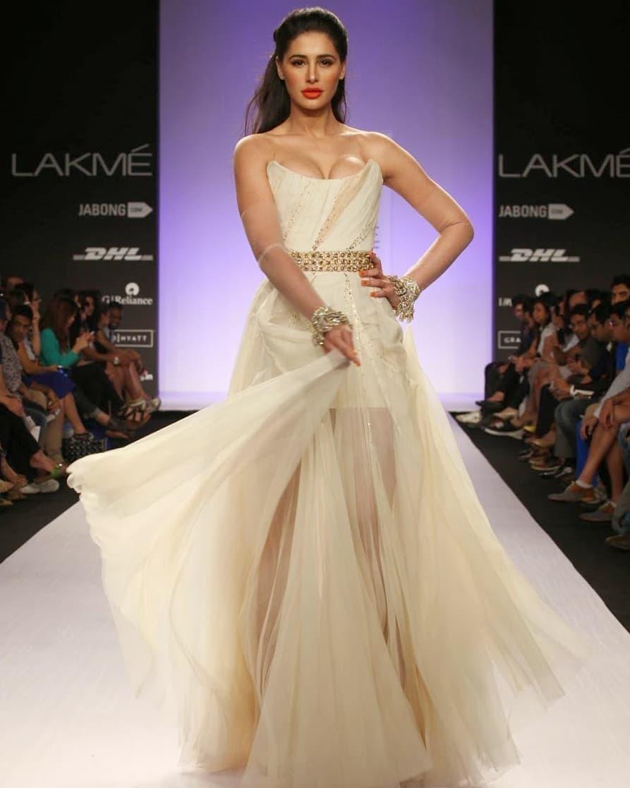 Nargis During Lakme Fashion Week  #Nargis  View Full Gallery: http://www.apherald.com/Movies/View/366701/Nargis-Shows-Off-Her-Assets-During-Lakme-Fashion-Week/1…  Download Application Link: https://tinyurl.com/Ihgandroid  #indiaheraldgallery #indiaherald #indiaheraldgroup #teluguindiaheraldpic.twitter.com/qkrlB1Gdjd