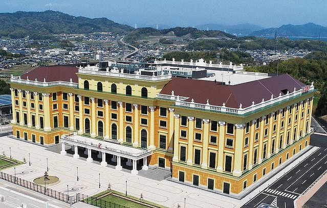 【すごい】日本食研の「シェーンブルン宮殿工場」が完成ウィーンの「シェーンブルン宮殿」を模した工場。地上6階建て、床面積は延べ約4万2000平方メートル。レトルト食品などを生産するという。