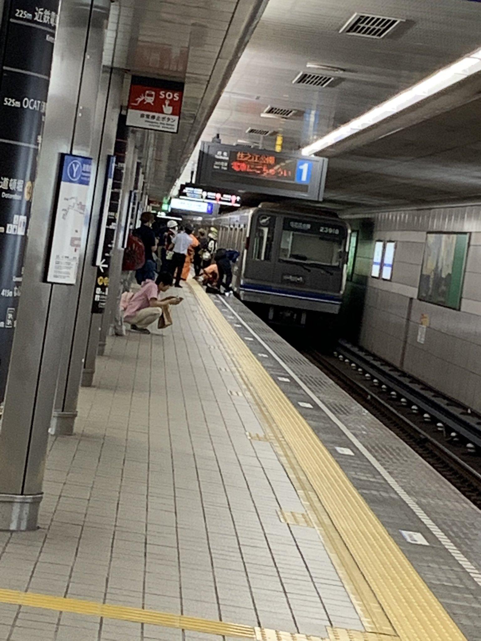 なんば駅の人身事故で救護活動している画像