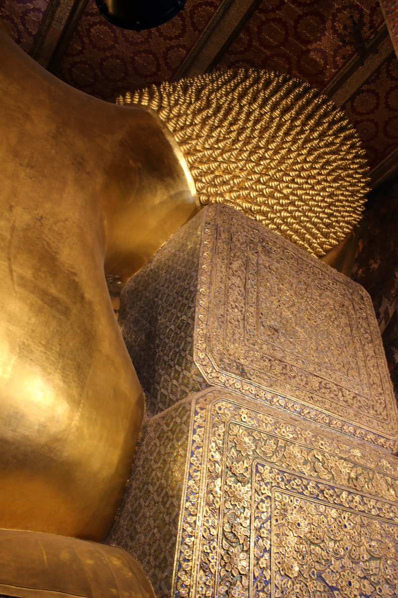 test ツイッターメディア - #タイ #Thailand  ワットポー。ワットプラケオのすぐ近く。 仏像が大きすぎて全てをカメラに収めきれない。足の裏と頭の裏も手が込んでいて豪華。ここまで荘厳すぎると圧倒されてなにもいえない。近くにはマーケットもあり、お土産にシルク(なぜかタイではなくインド産)を購入。 https://t.co/iDOiLwusjA
