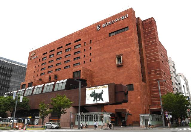 【博多駅前】福岡の玄関口、まもなく別れ 西日本シティ銀行本店ビル西日本シティ銀行が、本店ビルなど駅周辺の3棟を建て替えるため解体。赤褐色のインド砂岩に覆われた外壁は、50年近く福岡の玄関口の象徴として親しまれていた。