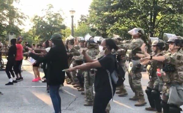 Guardia Nacional baila La Macarena para calmar las aguas en protestas