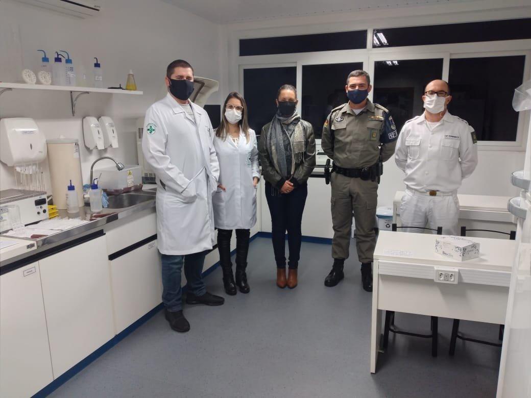Nossos alunos do Curso de Biomedicina estão realizando a detecção laboratorial de Covid-19 para profissionais da Brigada Militar de Caxias do Sul. A ação teve como principal motivo a exposição desses profissionais ao vírus. Saiba mais: https://t.co/RNriLcpboX https://t.co/7fT9wGPKaX