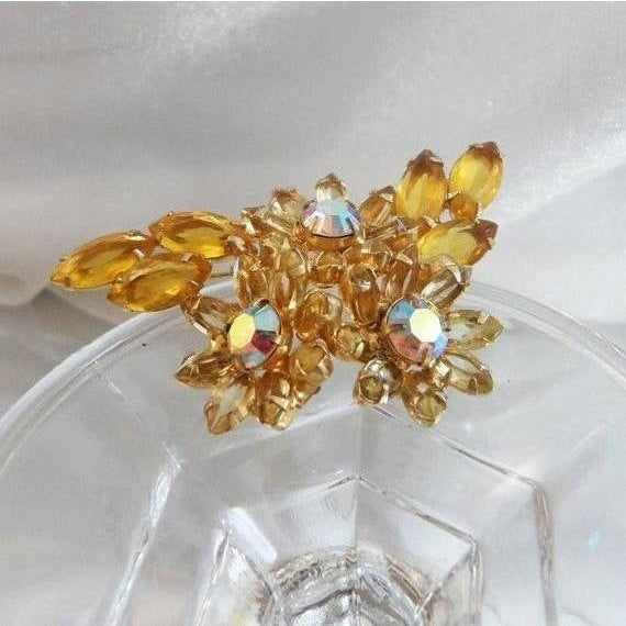 Juliana Brooch. D&E. Delizza and Elster. Yellow Rhinestones. Ab waalaa. #vintage #antique #shopping #jewelry #jewellery #gifts #wedding #etsypic.twitter.com/Fo38bgrZsI