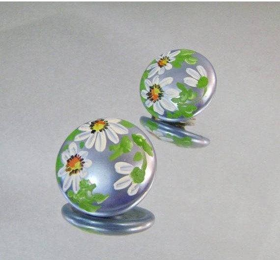 #Vintage Earrings. Handpainted Daisy Earrings Blue Moonglow Buttons with Handpainted Daisies Flowers waalaa. Enamel Earrings. #antique #shopping #jewelry #jewellery #gifts #wedding #etsy http://jto.li/pg5jHpic.twitter.com/jbh4tkxrXQ