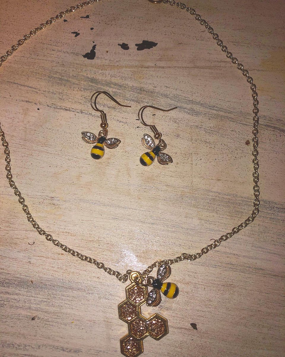 Anyone want to snag this earring and necklace bee set before I put it on Etsy?! #savethebees #bees #resin #necklace #earrings #jewelry #handmade #gold #diy #etsy #paypal #cashapppic.twitter.com/q8b7i4ayTu
