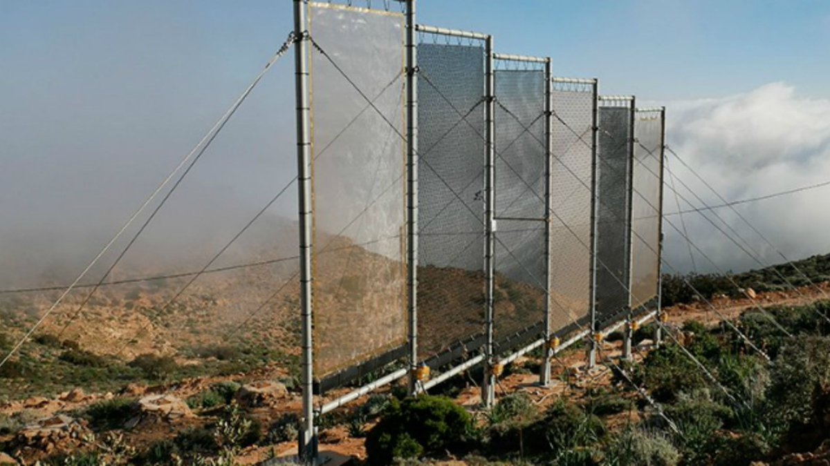 Harvesting the clouds. In Morocco, coastal fog has been captured by tall mesh nets of 30 square meters. Now the technology is being used in the inland mountains to draw moisture from clouds - a new water source for the water-challenged area. https://t.co/ctP07Nx5Xv https://t.co/TerhEbcHdA