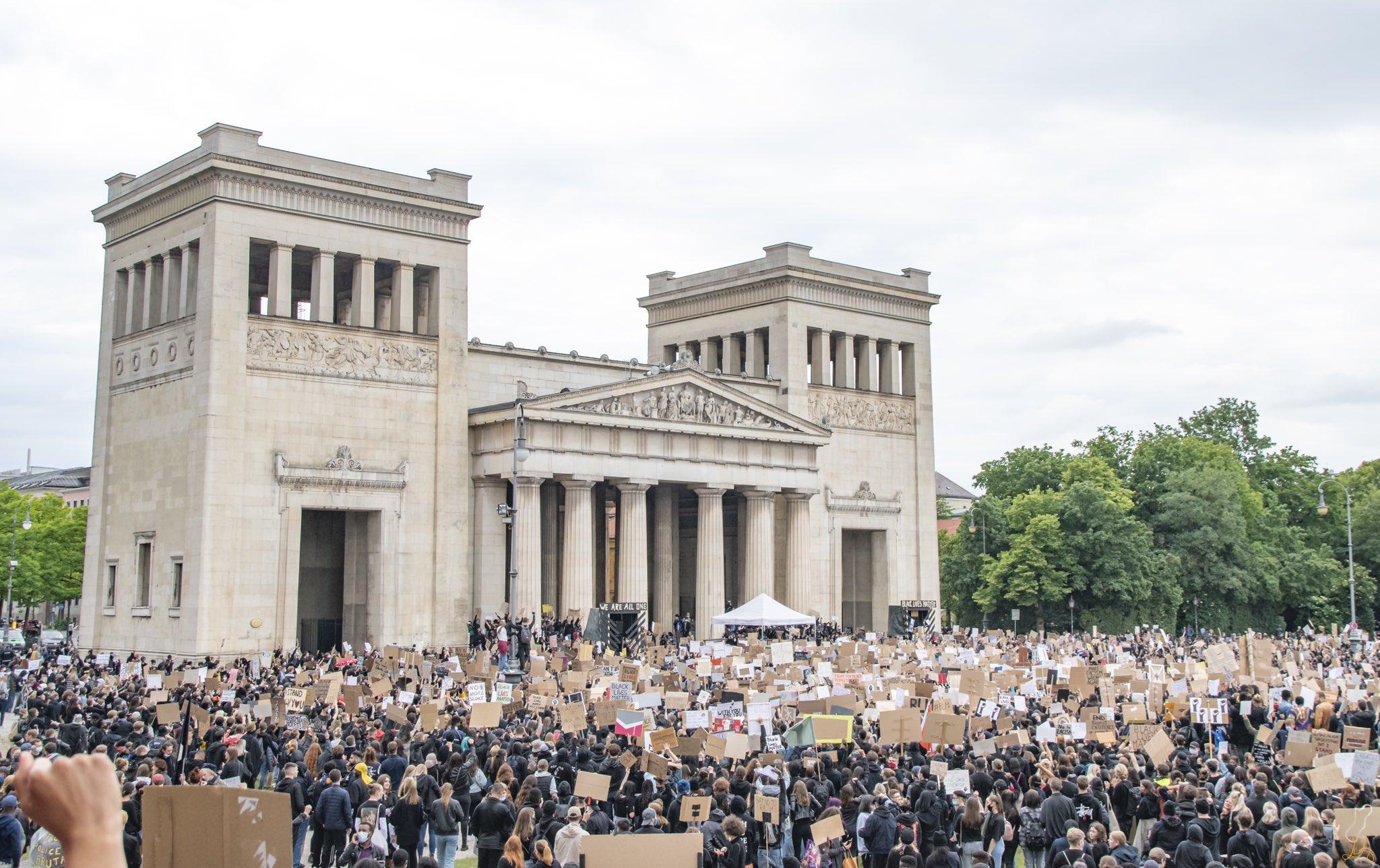 Demo contro il razzismo Black Lives Matter a Königsplatz, Monaco di Baviera