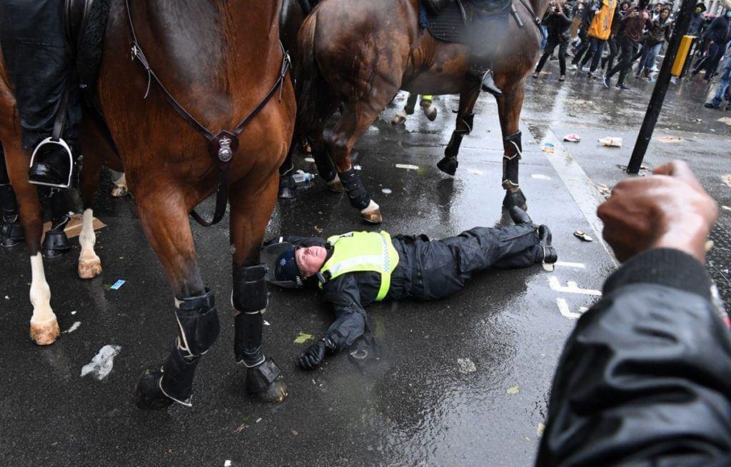 Outro policial morto pelos terroristas. Desta vez foi no centro de Londres ma tarde de hoje. Repito: Não é sobre racismo, mas sobre caos e revolução. https://t.co/zl6QSJAHZX
