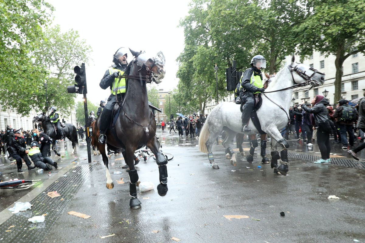 Clashes break out near Downing Street after largely peaceful protests at a Black Lives Matter demonstration itv.com/news/2020-06-0…