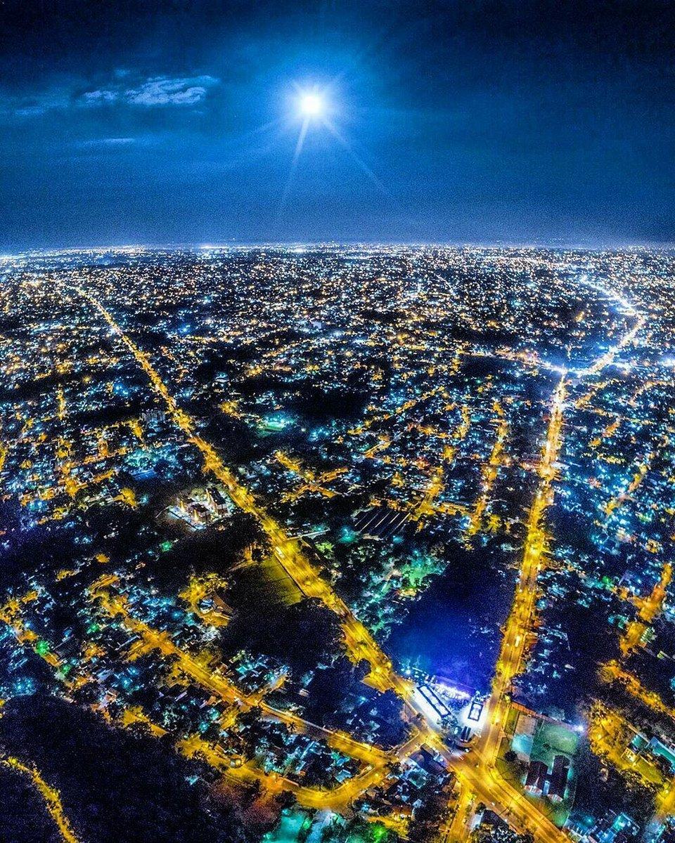 🌕 Hermosa postal nocturna de @Fotociclo Avenida Perón y Cacique Lambaré #Asunción #Paraguay 🇵🇾 #PostalÚH