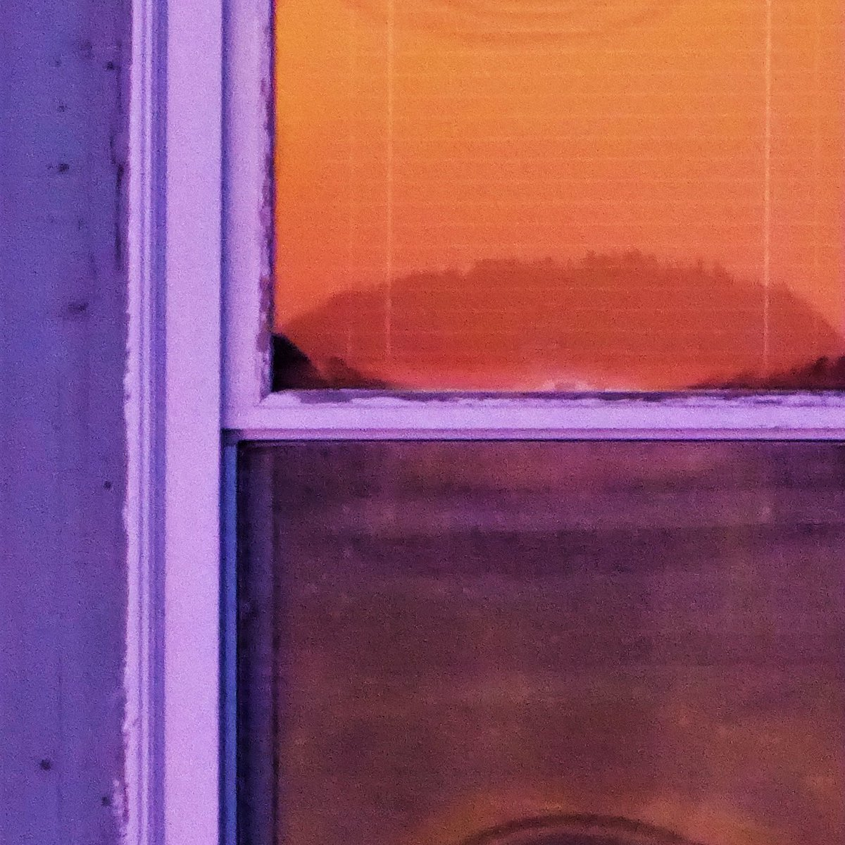 Sunrise reflected off Heather's window; the sunrise itself, untouched. This was back east. #purple #orange #colour #reflection #pairingpic.twitter.com/4N8JfYZsAM