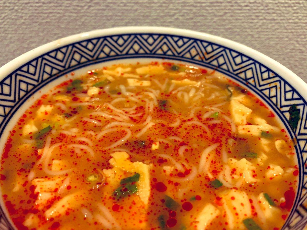#おゆさんのおうち飯「豆腐麺 in 蒙古タンメン中本辛旨豆腐スープ」豆腐冷麺面白そう!と購入し帰宅すると中本豆腐スープが視界に入り気がつくとこちらの完成。なんとなく粉末スープ入りかやくは2袋、辛みスープは1袋にしたらちょうど良かった!豆腐麺に豆腐のトッピングという豆腐祭。ヘルシィィイ