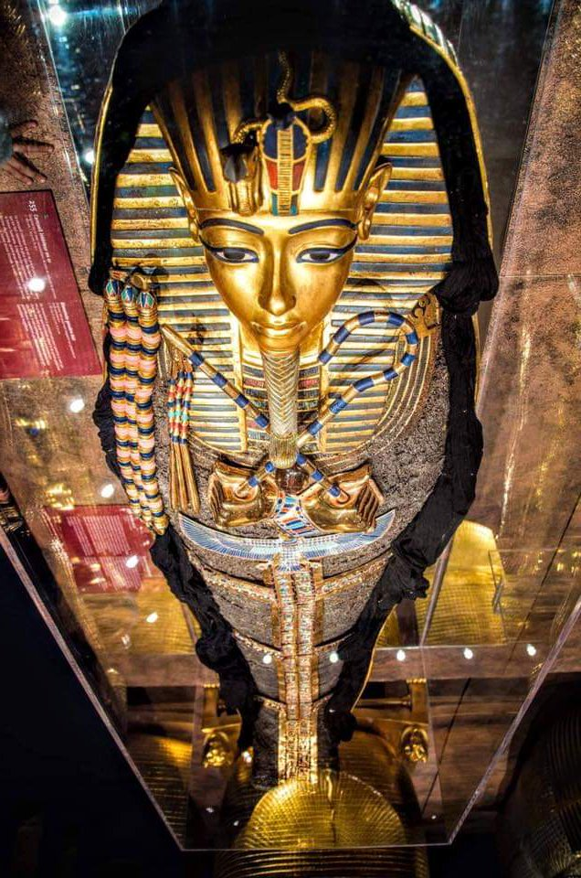 The gold mask , and the inner mummy-coffin of Tutankhamun at the Egyptian Museum. Cairo #Egypt  Pic from Facebook page. pic.twitter.com/3LylEJCYe0