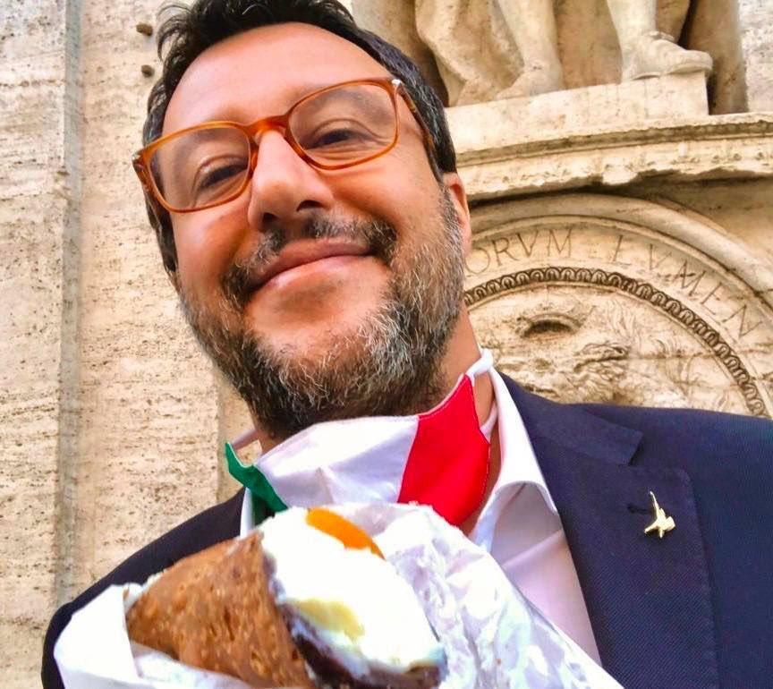 Eh vabbè, ma se mi mandate un cannolo da Palermo come faccio con la dieta??? #Buonadomenica  e Buongiorno Amici! 😊