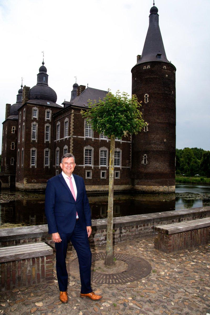 Huisfotograaf Axel Steen had woensdag 3 juni het genoegen om Burgemeester Roemer op foto vast te leggen in en om Kasteel Hoensbroek.   Hij was onder de indruk van de aanpak in het kasteel en wenst bezoekers vanaf morgen veel plezier. #heerlen #burgemeester @emileroemer https://t.co/pUv2JE87Vh