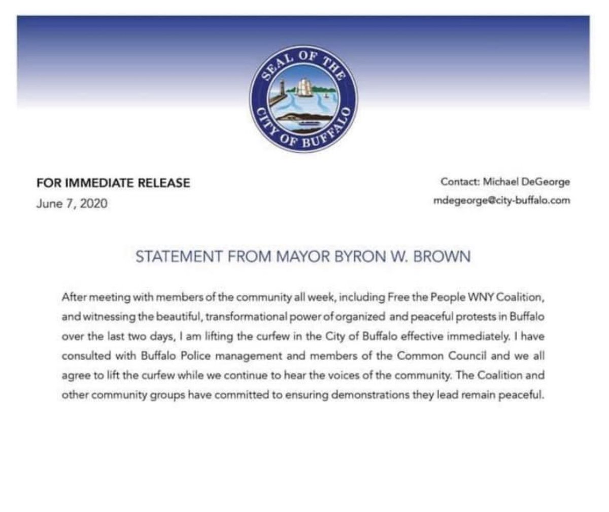 #Buffalo @MayorByronBrown meets with community organizations and lifts the curfew effective immediately. ✊🏽✊🏽✊🏽 Thanks B. Brown. #GeorgeFloyd #BlackLivesMattters #buffaloprotests #NiagaraSquare #DelawareAvenue #ErieCounty https://t.co/lQhUtNntI1