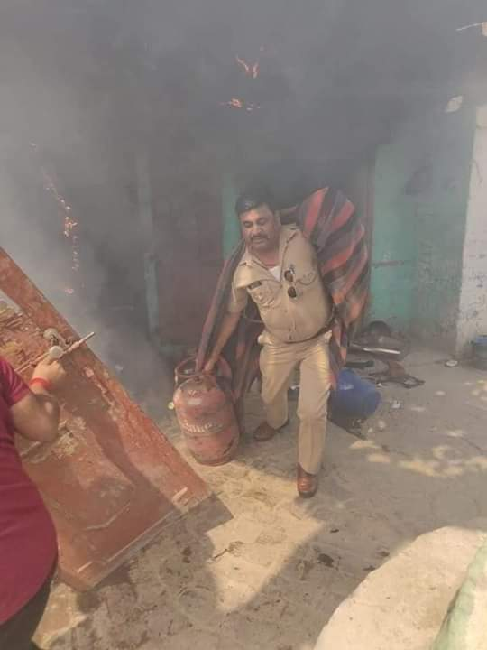 #रीयल_हीरो विलासपुर चौकी प्रभारी #अखिलेश_दीक्षित जी की जितनी #तारीफ की जाए कम है।   इन्होंने अपनी वीरता का परिचय देते हुए ग्रेटर नोएडा में एक आग लगे घर से दो LPG सिलेंडरों को सुरक्षित निकाला।   अपनी #जान की बाजी लगा कर लोगो की जान #रक्षा करने वाले जिंदादिल #पुलिस वाले सलाम👏👏👏 https://t.co/Hx15Xmr59D