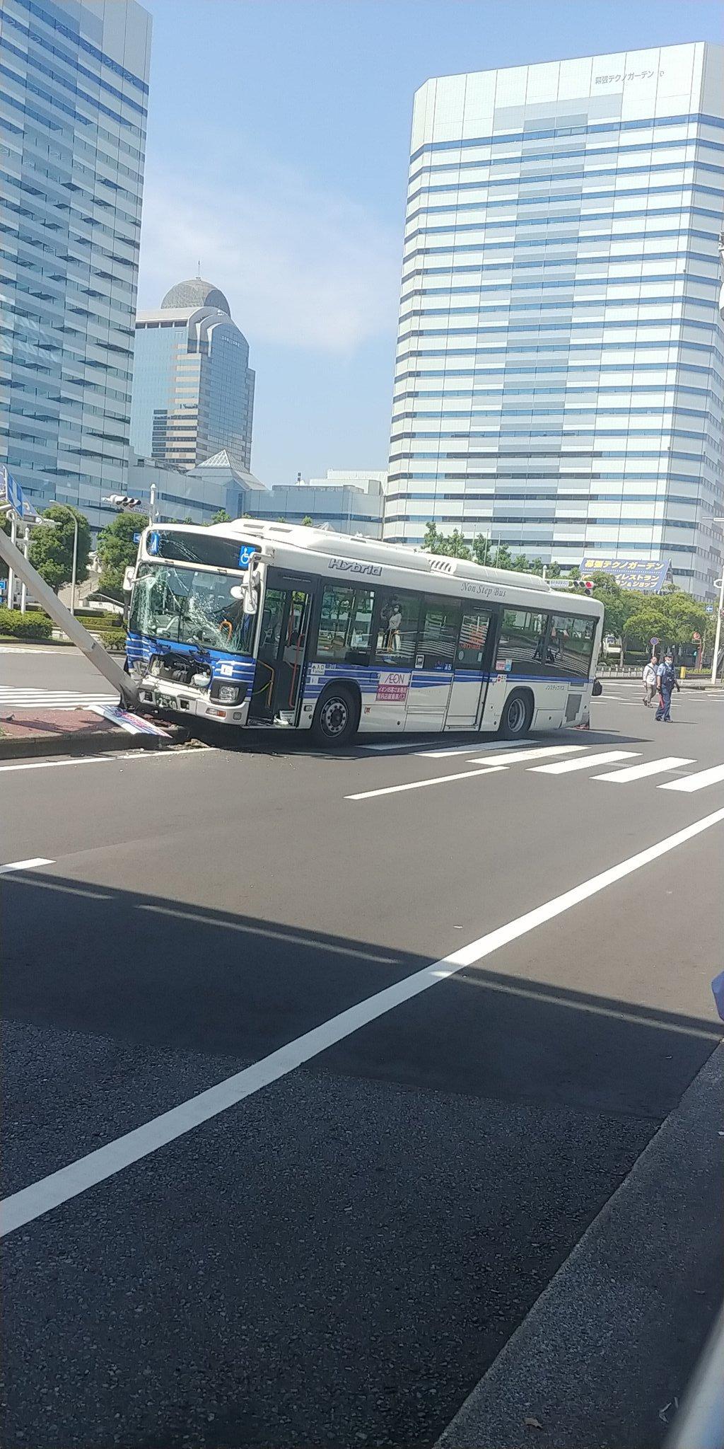 海浜幕張駅前で千葉海浜交通のバスが電柱に衝突している画像