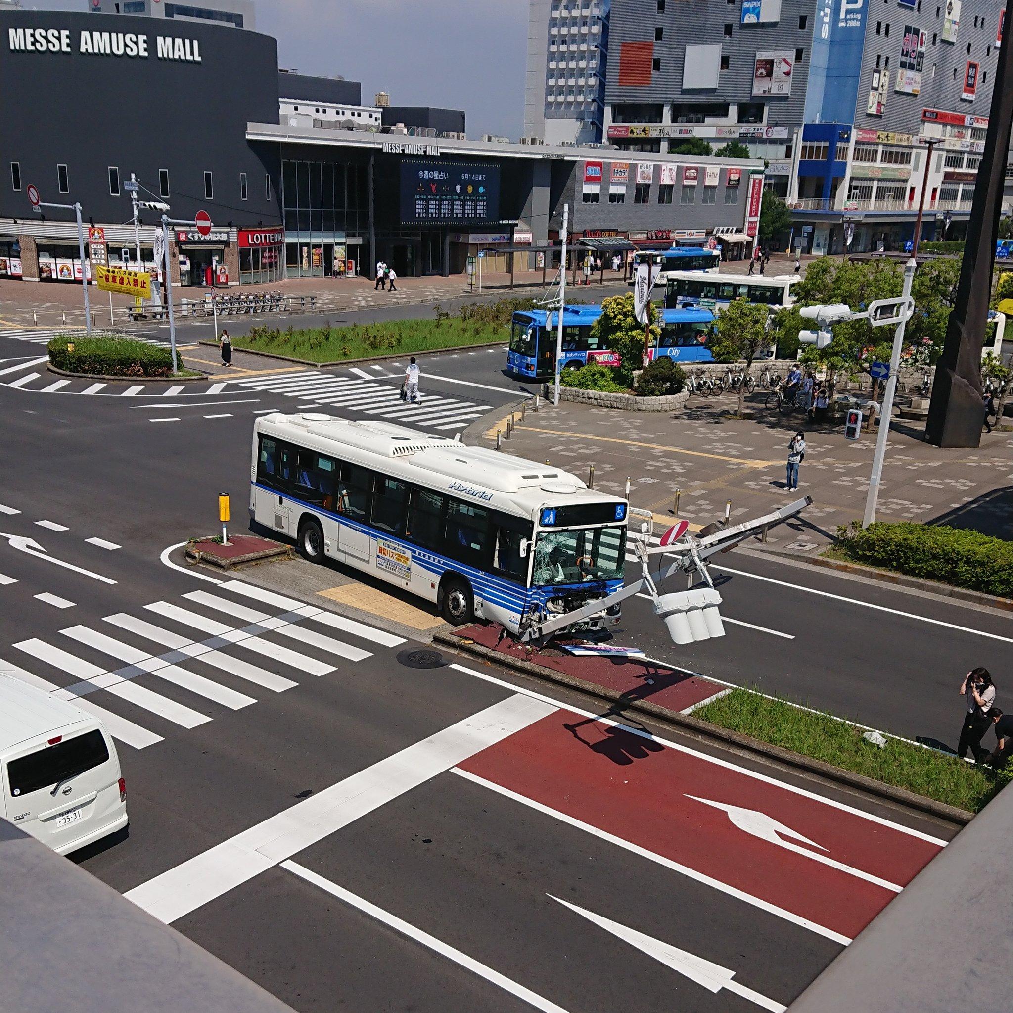 千葉市美浜区の海浜幕張駅前の循環バスの事故現場の画像