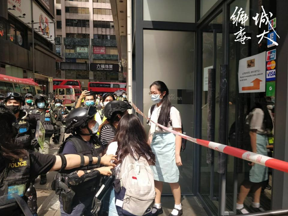 #HKpolice suddenly charged at 3 high schoolers that walked home from school, in merely school uniforms & bags. But they're unlawfully arrested. Under #NationalSecurityLaw, arbitrary arrests won't be improved, only worsen. Abuse of power is inevitable, especially by #Beijing https://twitter.com/demosisto/status/1265549759470862337…pic.twitter.com/yJ0HTOowfa